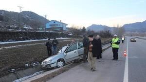 Otomobil su kanalına düştü : 2 yaralı