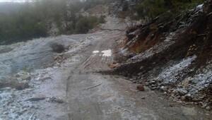 Denizlide köprü çöktü, yolda toprak kayması oldu