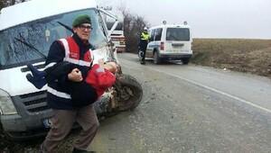 Çocuklar üşümemeleri için jandarma aracına taşındı