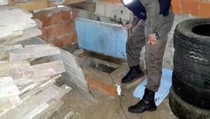 Ardeşen'de, birine gizli geçitle bağlı kaçak 2 silah imalathanesi ortaya çıkarıldı