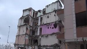 Avcılarda bir kısmı yıkılan iki boş bina korkutuyor