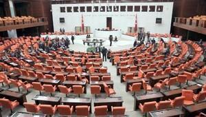 Bağımsız milletvekili Aylin Nazlıaka kendisini kürsüye kelepçeledi