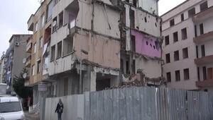 Avcılar'da bir kısmı yıkılan iki boş bina korkutuyor