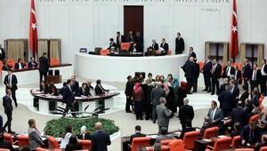 Bağımsız milletvekili Aylin Nazlıaka kendisini kürsüye kelepçeledi (3)