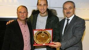 Trabzonsporlu Yusuf Yazıcı'dan eski okuluna ziyaret