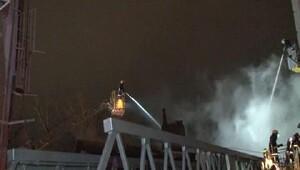 Fatihte ahşap binada çıkan yangın 4 binaya daha sıçradı