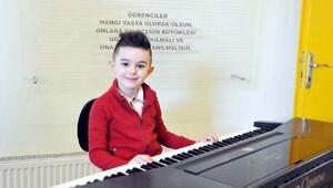 GKV'li minik piyanistten mini konser