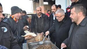 Akdoğan, işçilerle kahvaltı yaptı