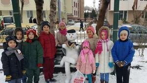 Kardan adam yarışmasında derece alan öğrenciler hediyelerini aldı