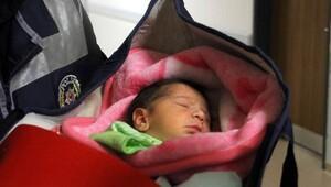 Şüpheli paket sanıldı puset içinde bebek çıktı