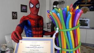 Jeoloji mühendisi, örümcek adam kostümü ile balon satıyor