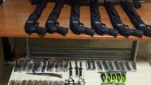Ruhsatsız işyerinde kaçak silahlar
