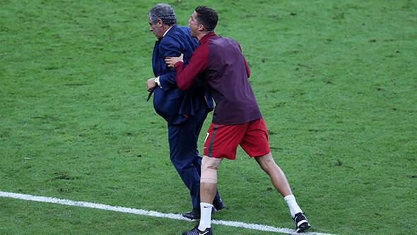 D�nya Ronaldo'yu konu�uyor! Hocas�n� h�rpalad�...