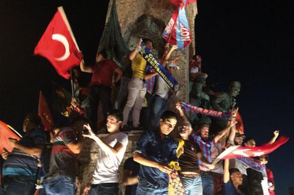 Taraftarlardan darbe girişimini protesto yürüyüşü