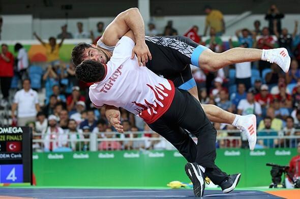 Rio'da şok! Milli güreşçimizi yere çarptı