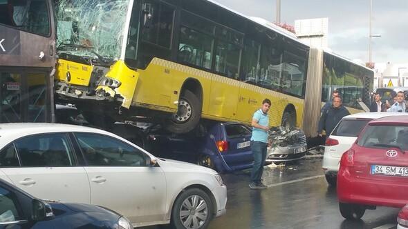 Metrobüs D-100'e girip kaza yaptı