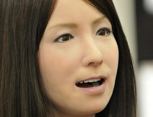 İnsan hislerini algılayabilen cazibeli robot görenleri şoke ediyor
