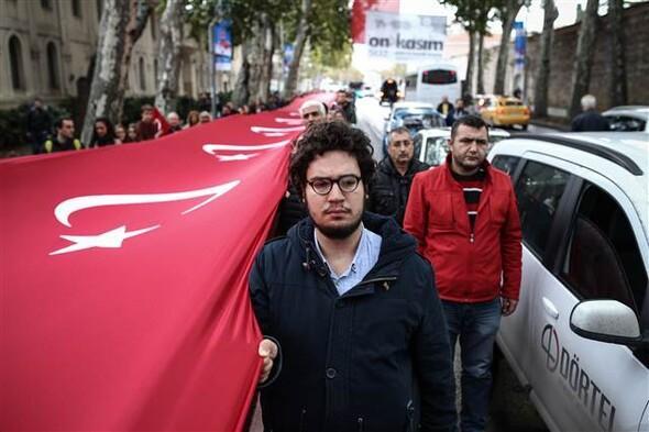 2016. november 10. 09:05 - A hosszú hosszú zászló - Forrás: Hürriyet