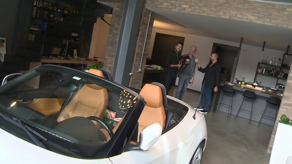 Ünlü oyuncu otomobilini evinin salonuna park ediyor