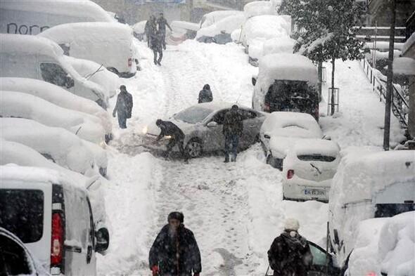 Ara sokaklar kar altında, üst geçit merdivenleri buz tuttu