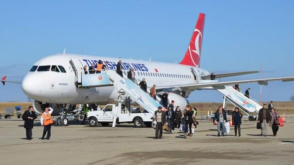 Taşkınlık yapan Rus yolcular uçaktan indirildi