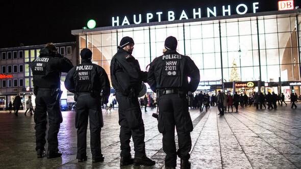 Kölnde sığınmacılara saldırdılar