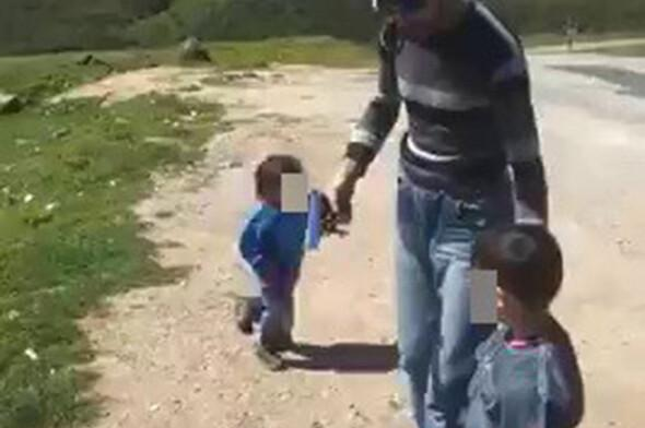 Babası küçücük çocuğun eline silah verdi