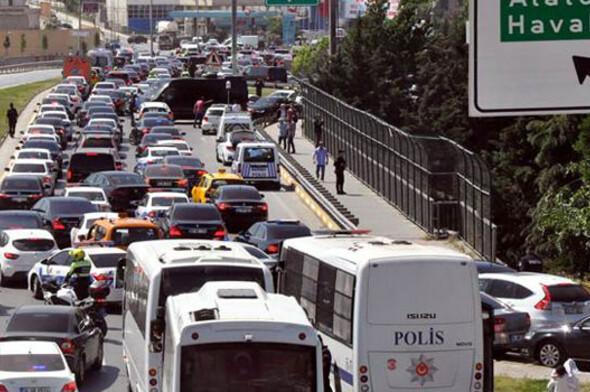 Protokol araçları trafiğe takılınca çiçekli refüjden geçti
