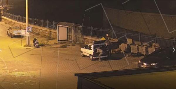 'Pes artık' Maket polis aracından hırsızlık kamerada