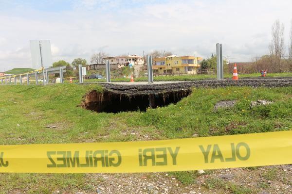 Batman'da yol kenarında 12 metre derinliğinde obruk oluştu