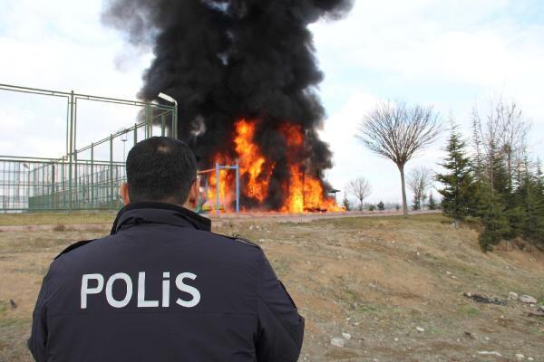 Kayseri'de çocuk parkı yakıldı