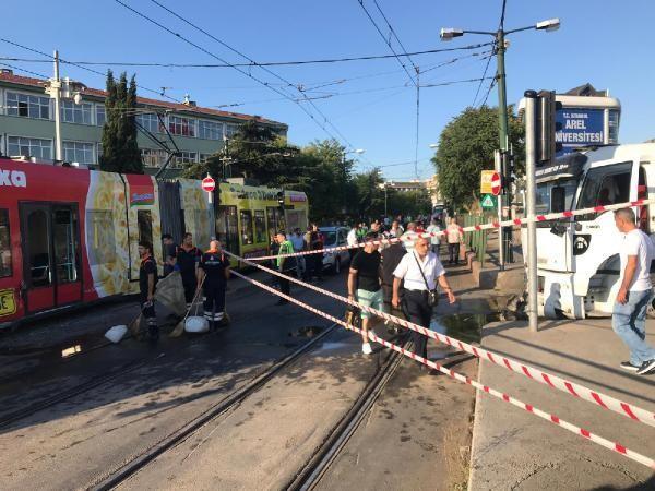 Son dakika! Cevizlibağ'da tramvaya su tankeri çarptı