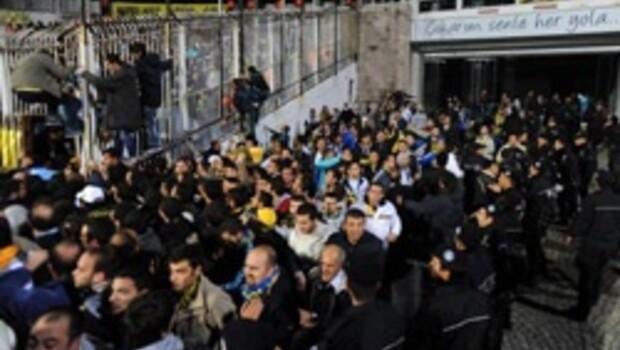 Fenerbahçe taraftarları İnönü'yü bastı