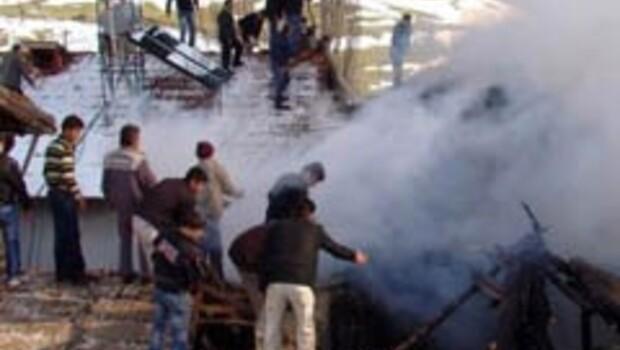 Domaniç'te ahşap ev yangında çöktü