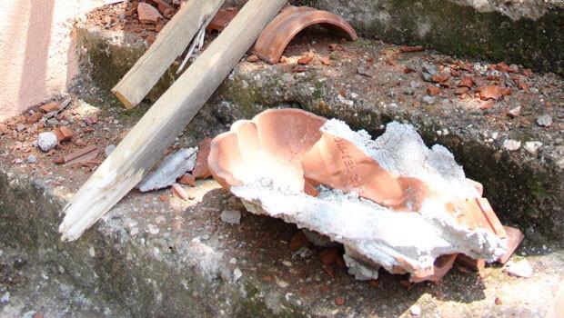 Gökten buz kütlesi düştü, evin çatısı parçalandı