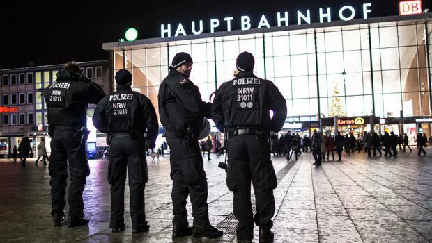 Köln'de sığınmacılara saldırdılar