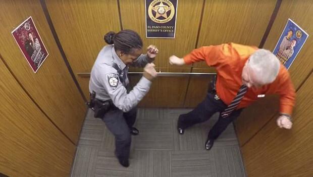 Polis emekliliğini asansörde dans ederek kutladı