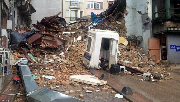 Beyoğlunda beş katlı iki bina çöktü