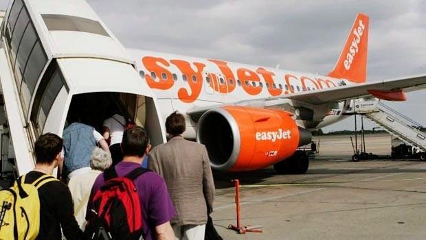 İngilterede terörist sanılan yolcu uçaktan indirildi