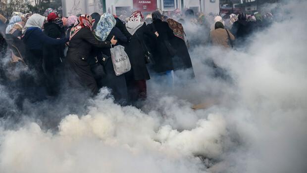 Zaman Gazetesi önünde polis müdahalesi