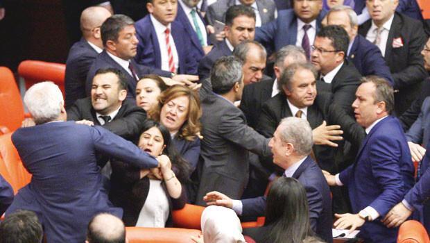 Meclis'te yumruk yumruğa kavga!