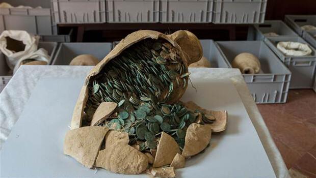 İşçiler su borularının bakımını yaparken, Roma döneminden kalma 600 kilogram sikke buldular