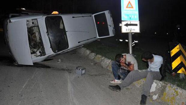Dehşet yolu: Yardım için duran iki kişiyi bıçakladı