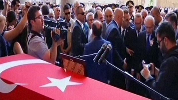 Edirne şehit polisi Nefize Özsoy'a ağlıyor