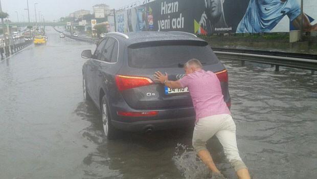 İstanbul'da E-5'i su bastı, trafik durdu
