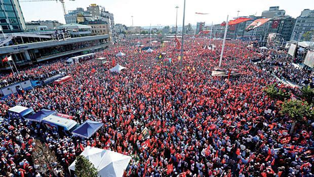 Taksim'de 'darbeye hayır' manifestosu