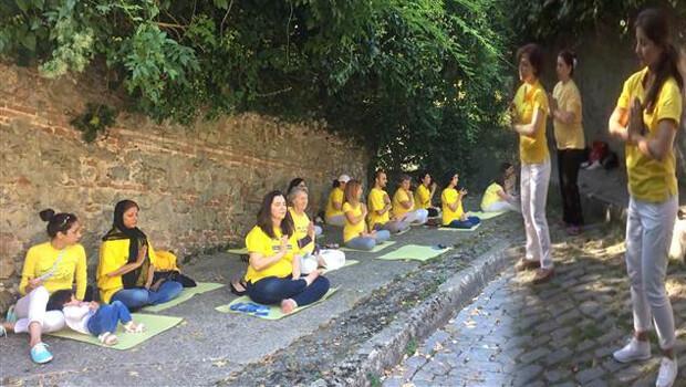 İstanbul'da yogalı Çin protestosu