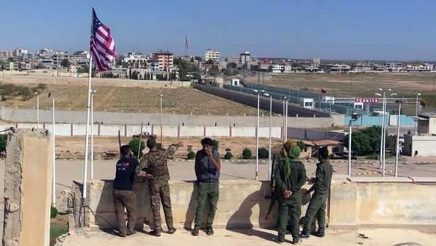 Telabyad'a ABD bayraklarını asanların fotoğrafları yayınlandı
