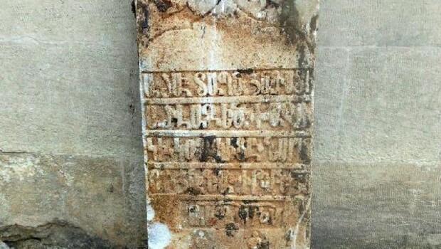 Yol çalışması sırasında mezar taşları bulundu