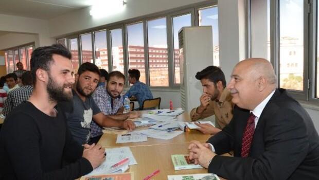 Rektör Gönüllü, öğrencilerle kitap okudu